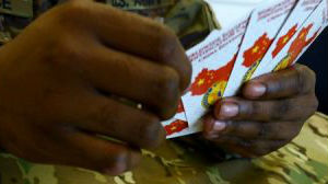 """打牌也是训练?美陆军扑克牌印上""""潜在对手""""装备"""