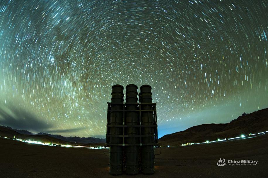 广角视角夜间拍摄的、星空映衬下的国产中程防空导弹发射筒。(图片来源:中国军网)