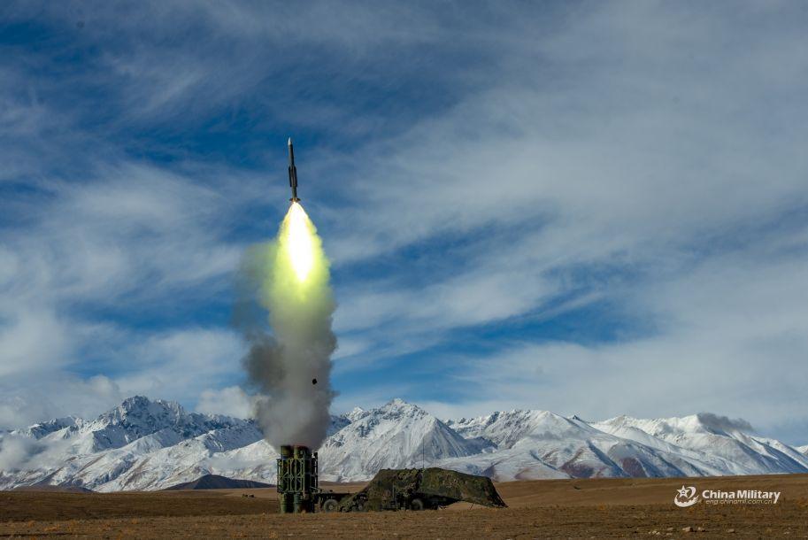 据中国军网报道,近日,新疆军区下辖的某中程防空导弹部队在海拔4500米的青藏高原举行防空实弹打靶演练。图为参演部队发射中程防空导弹瞬间。(图片来源:中国军网)14