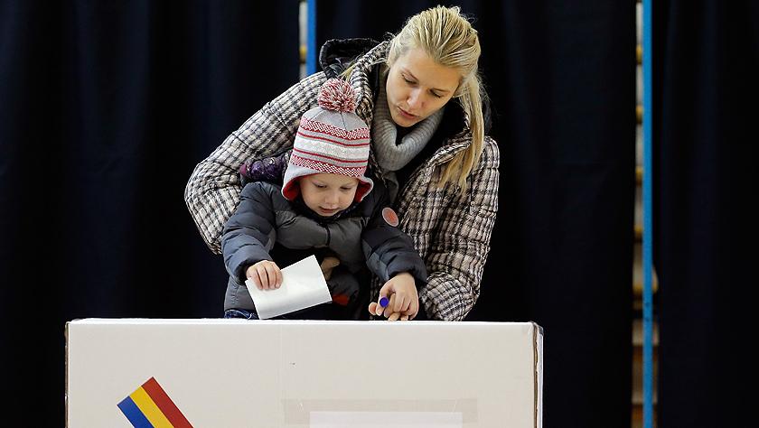 罗马尼亚总统选举第二轮投票开始