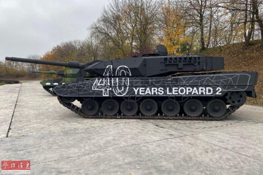 """参加活动的豹2A5坦克,也采用了特别纪念涂装,英文译为""""豹2坦克,40周年""""。"""