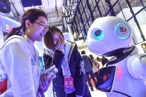 美记者赞叹中国机器人服务员:为酒店客人带来更多乐趣