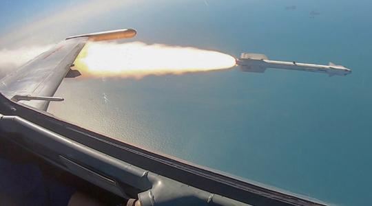 """""""利剑""""出鞘!海航苏-30战机实弹打靶"""