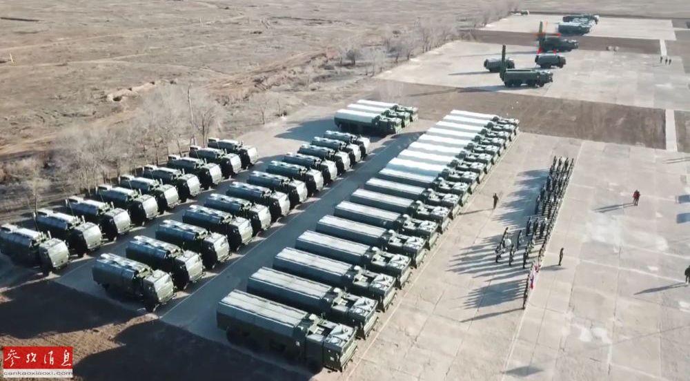 """据俄罗斯""""红星""""电视台网站报道称,近日,俄西部军区部队举行了列装新型""""伊斯坎德尔""""-M型战术导弹的服役仪式。图为服役仪式现场航拍图,可见至少有22辆""""伊斯坎德尔""""-M型战术导弹发射车公开展示。8"""