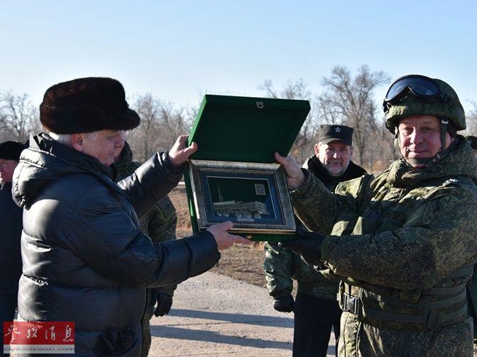 俄军部队高层军官展示纪念章。