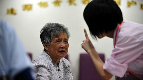 """外媒:广州借""""时间银行""""推广互助养老 志愿服务可储值备用"""