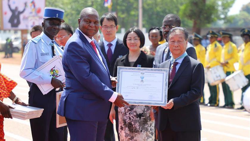 中国菌草技术专家获颁中非共和国国家感谢勋章