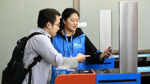 """""""扫码""""直接坐!港媒:中国铁路乘客不再需要车票"""