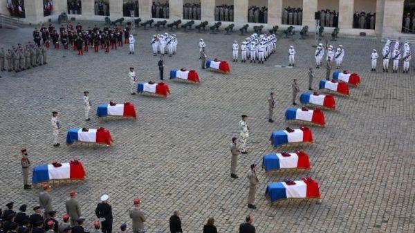 法国2日为在马里阵亡的13名士兵举行国家悼念仪式。这些士兵的棺材被整齐地停放在广场上。(美国雅虎新闻网站)