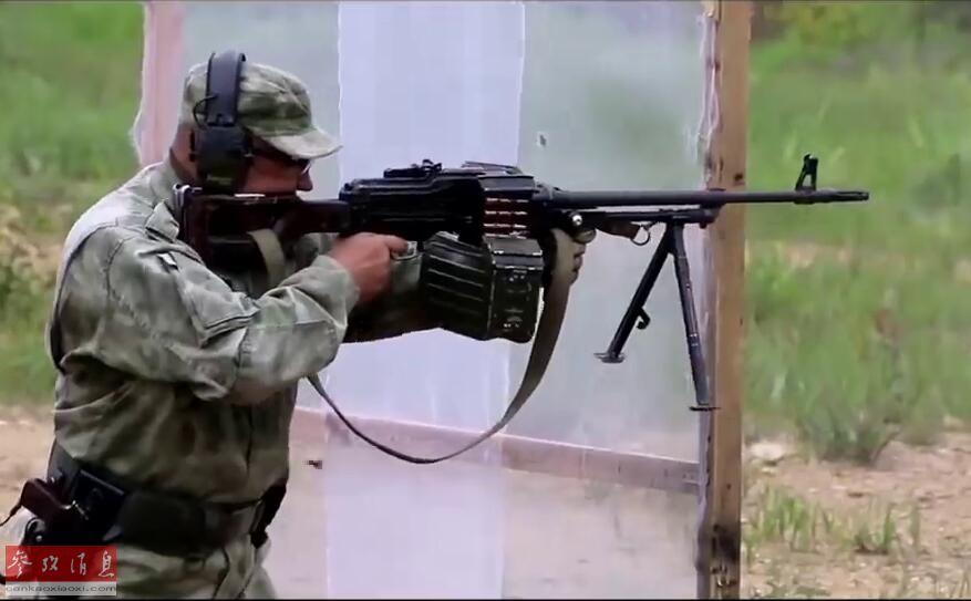 参赛士兵使用了2种俄军现役主力机枪,一种是已服役多年的PKM通用机枪。PKM是苏联(俄罗斯)著名枪械大师卡拉什尼科夫于1969年推出的PK通用机枪改进型,更换了轻型枪管,与PK机枪相比,更易于士兵便携使用。图为参赛士兵使用PKM通用机枪射击。
