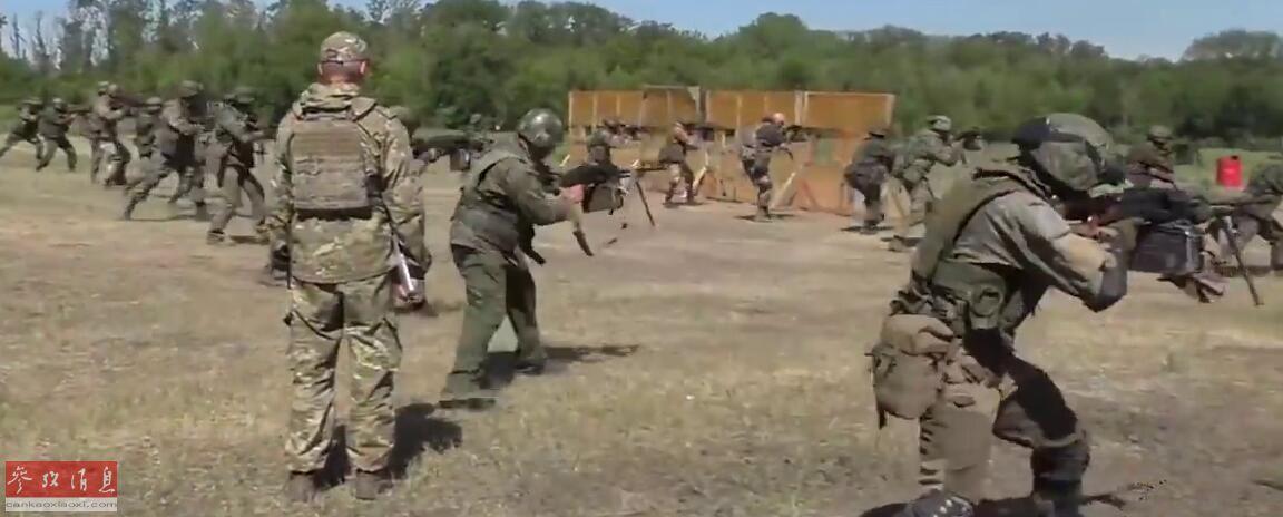 """俄国防部官网近日公开了俄军特战部队机枪手射击比赛的相关视频,比赛现场可用""""泼弹如雨""""来形容。图为特战部队机枪手射击比赛现场视频截图。56"""