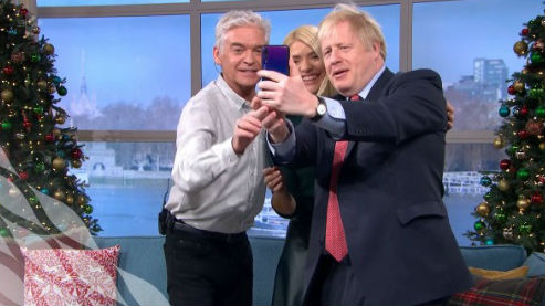 约翰逊暗示英国禁令后却被拍到用华为手机自拍
