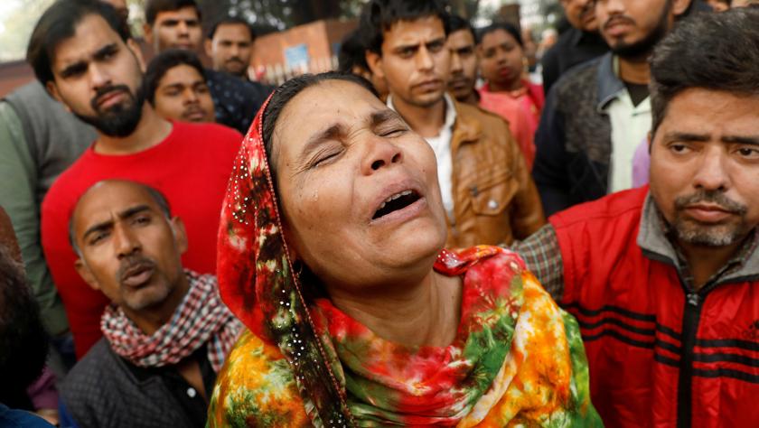 印度新德里一商業建筑失火已致43人喪生