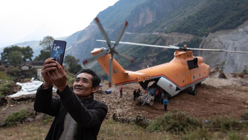 """""""巨無霸""""直升機助力打通大涼山最后的通村公路"""