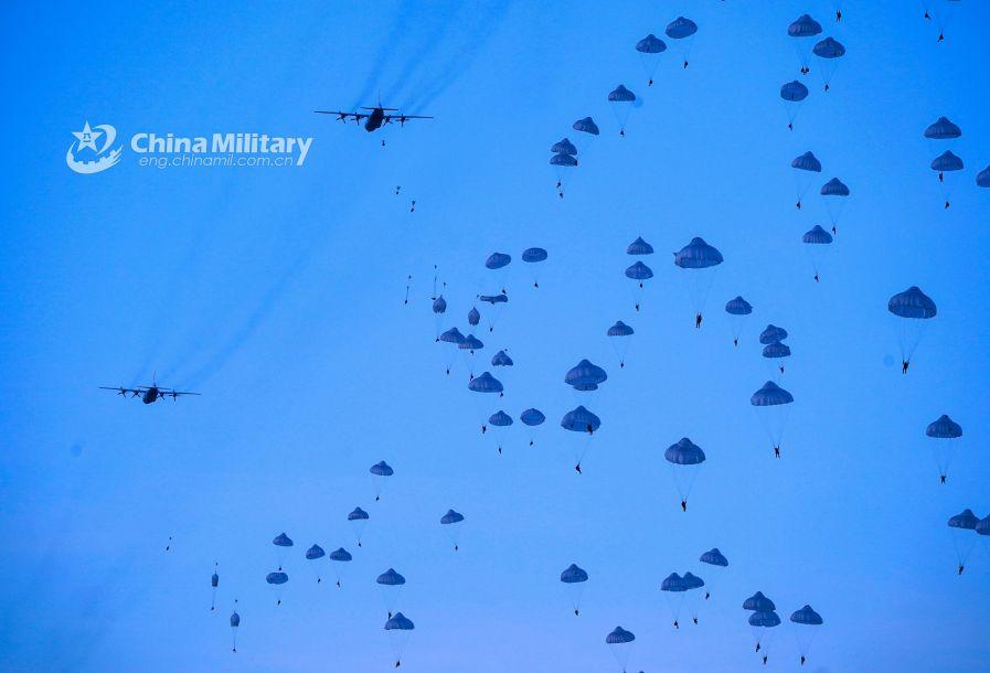 据中国军网报道,近日,空军空降兵某旅进行了寒区运输机群空投重装备演练。图为空降兵某旅进行大规模空降演练,伞花布满天空。(图片来源:中国军网)59