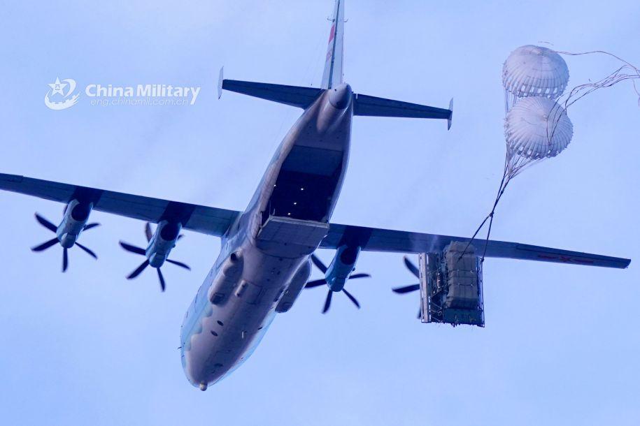运输机空投新型空降战车。(图片来源:中国军网)