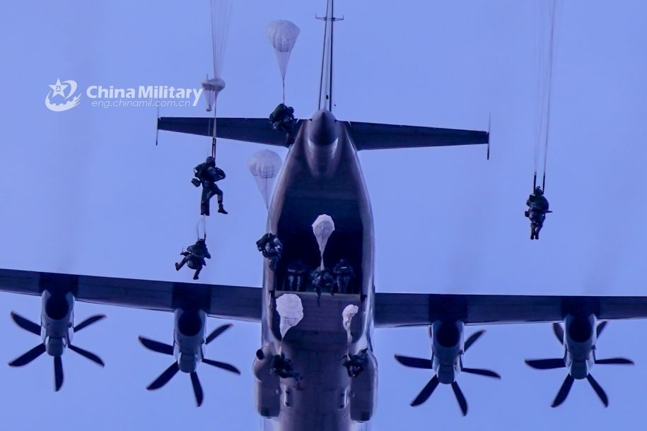 空降兵跳出运输机货舱,开伞瞬间。(图片来源:中国军网)