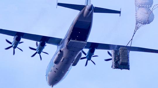 天降战车!空军演练运输机空投重装备