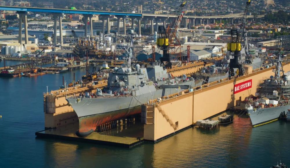 近日,美海军下属的圣迭戈船舶修理公司展示了使用大型浮动船坞同时维护2艘伯克级导弹驱逐舰的能力。图为美海军大型浮船坞同时维护2艘战舰。56