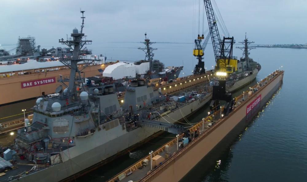 浮船坞全长290米,排水量约5.5万吨,全宽62米,可容纳小至LCS濒海战舰,大至船坞登陆舰级别的舰艇。图为2艘伯克级战舰在浮船坞内停泊固定。