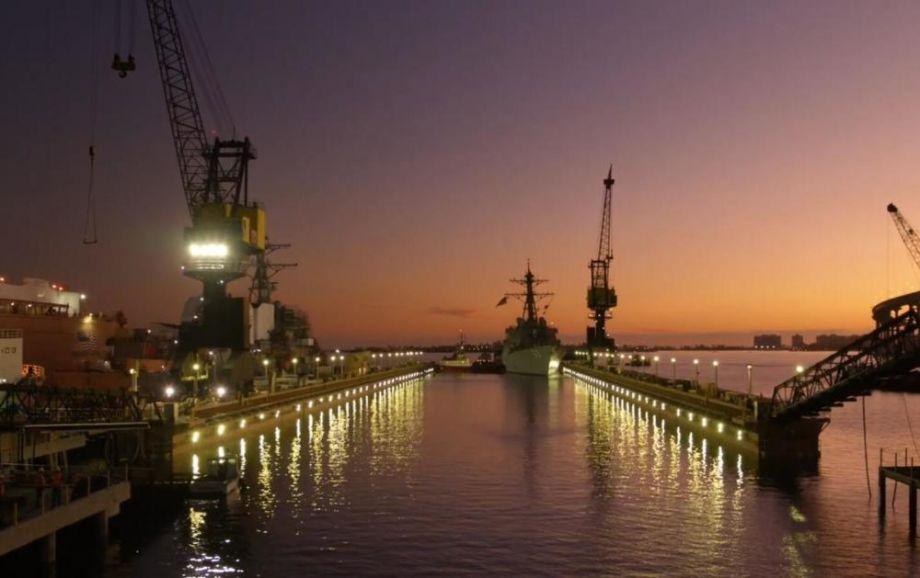 该大型浮动船坞由英国BAE系统公司研发,美国ABS船级社负责监造。图为2艘伯克级驱逐舰依次驶入浮船坞。