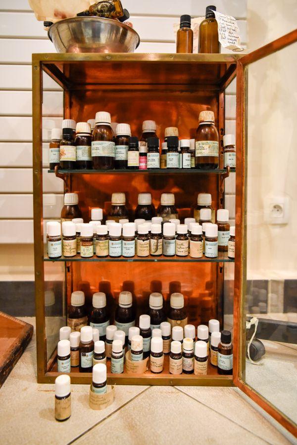 """资料图片:2017年在法国巴黎举行的""""寻踪——在气味中感受历史""""展览现场,香水师尚塔尔·萨尼耶工作室一角"""