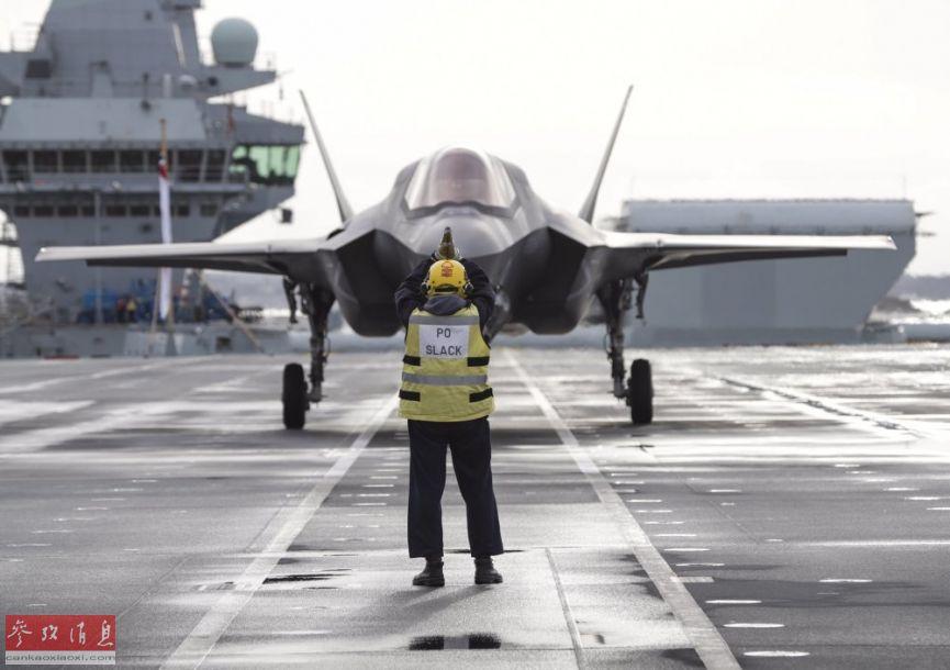 """据英国国防部官网报道,12月12日,英海军""""伊丽莎白女王""""号航母完成了F-35B舰载隐身战机在英国国内的首次舰上起飞训练。值得一提的是,此次训练并非在外海进行,而是在""""女王""""号停泊在母港朴次茅斯码头进行的,具有很强的表演意味。图为英军F-35B准备从""""女王""""号飞行甲板上起飞。50"""
