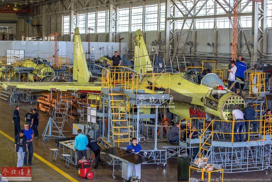 共青城飞机制造厂隶属于共青城飞机制造联合体(KnAAPO),该厂始建于1927年,至今已有92年历史,在20世纪80年代中期时,曾是苏联生产苏-27系列所有单座战机的唯一生产厂,现在仍负责苏-30SM及苏-35S主力战机的组装和生产工作。