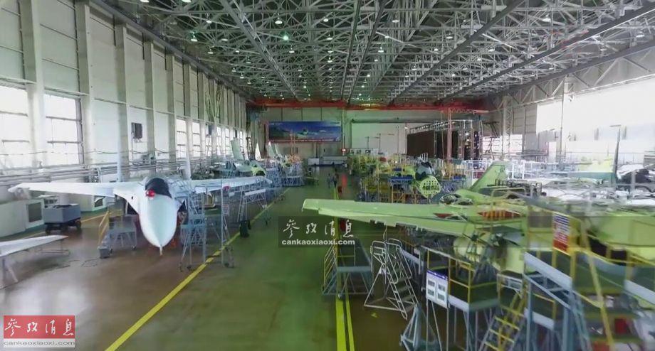 """俄记者近日探访了位于俄远东地区的""""阿穆尔河畔共青城加加林飞机制造厂""""(俄语缩写:KnAAZ),该厂拥有俄国内目前唯一的苏-35S重型战斗机生产线。图为苏-35S战机生产线内景。41"""