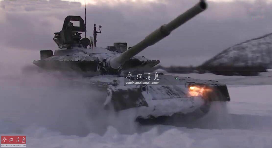 俄北方舰队近日已完成T-80BVM主战坦克换装工作,这种改进型坦克专为北极圈作战打造。图为T-80BVM改进型坦克在雪地中高速推进。35