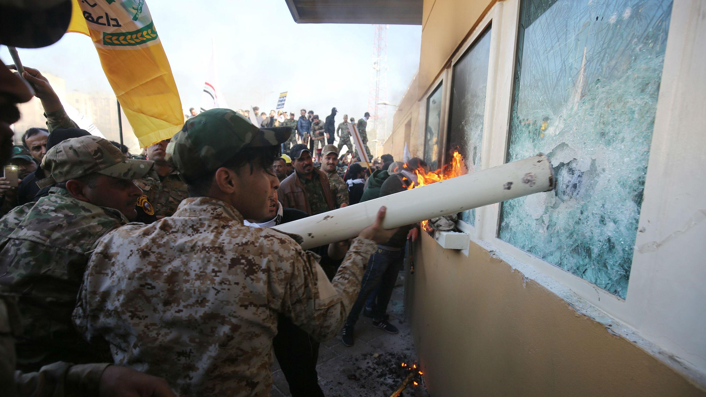 """外媒:伊拉克抗议者冲击美国使馆 高喊""""打倒美国"""""""
