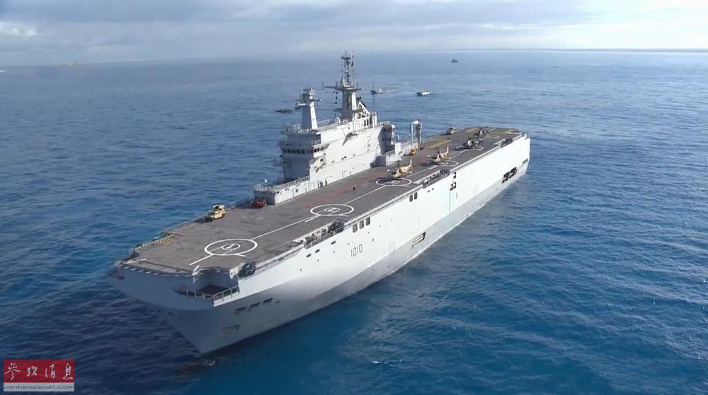 """埃及海军近日举行大规模两栖登陆作战演习,出动了包括法制西北风级两栖攻击舰、俄制卡-52舰载武直、美制AH-64""""阿帕奇""""武直在内的多种主战武器。图为参演的""""纳赛尔""""号(舷号L1010,为埃及从法国购入的第一艘西北风级)两栖攻击舰。32"""