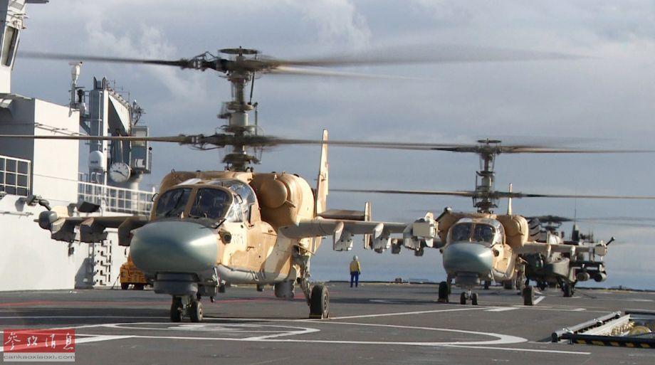 """配有沙漠涂装的埃及军队俄制卡-52舰载武直和美制AH-64""""阿帕奇""""武直准备从""""纳赛尔""""号飞行甲板上起飞。"""