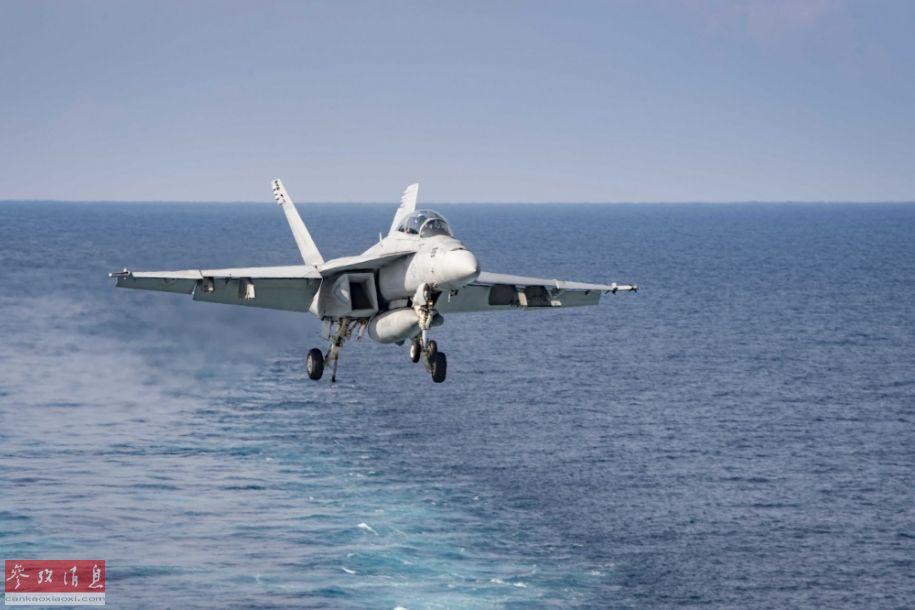 """一架F/A-18F双座型""""超级大黄蜂""""战机完成训练后,准备返航着舰。"""