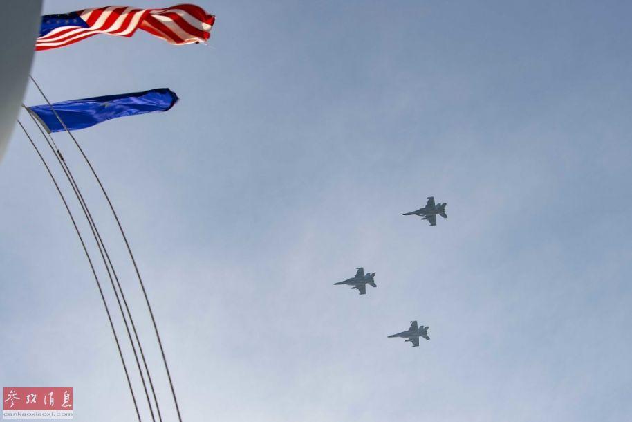 """3架""""超级大黄蜂""""战机组成编队飞越""""杜鲁门""""号航母。"""