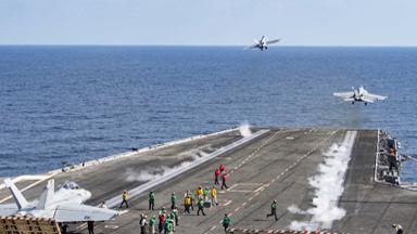 舰载机密集出动!美军核动力航母逼近伊朗