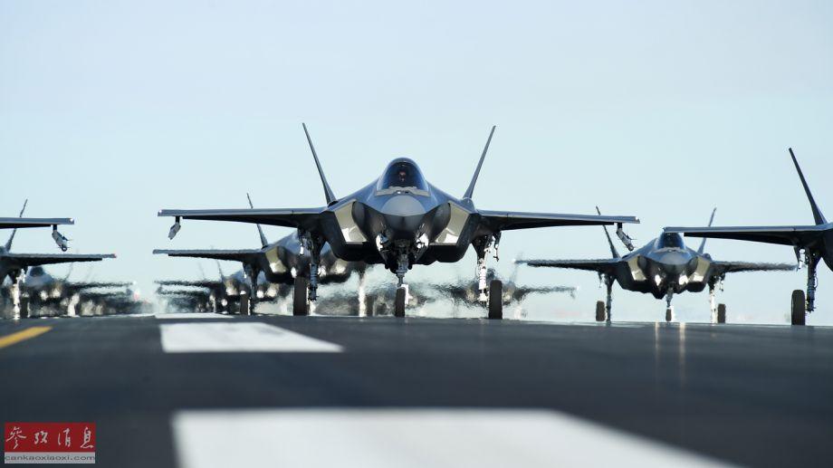 """""""象步游行""""(elephant walk)是美国空军术语之一,指多架军机以最小间距首尾相连滑行,以便在最短时间内升空作战,在和平时期也有炫耀实力的作用。这是美军目前集结F-35A训练数量最多的一次,针对目前美国和伊朗的紧张局势,威慑意味明显。图为参演F-35A机群的局部照片,可见部分战机还加装了翼下挂架,还挂有""""响尾蛇""""格斗导弹。"""