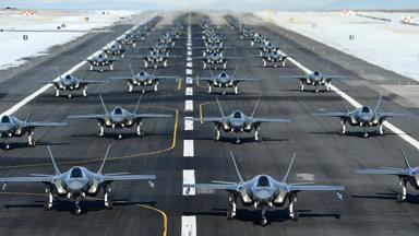"""大秀肌肉!美军集结52架F-35战机""""象步游行"""""""