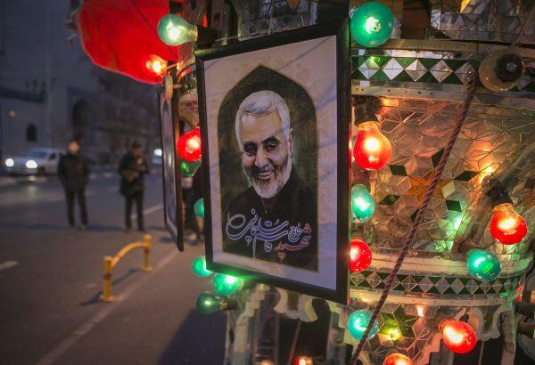 """这是1月3日在伊朗德黑兰街道上拍摄的悼念伊朗革命卫队下属""""圣城旅""""指挥官卡西姆·苏莱马尼的海报。 新华社发(艾哈迈德·哈拉比萨斯摄)"""