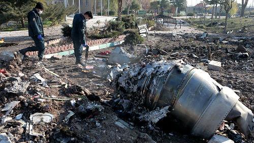美媒发布最新视频显示乌克兰客机起飞后遭明亮物体击中