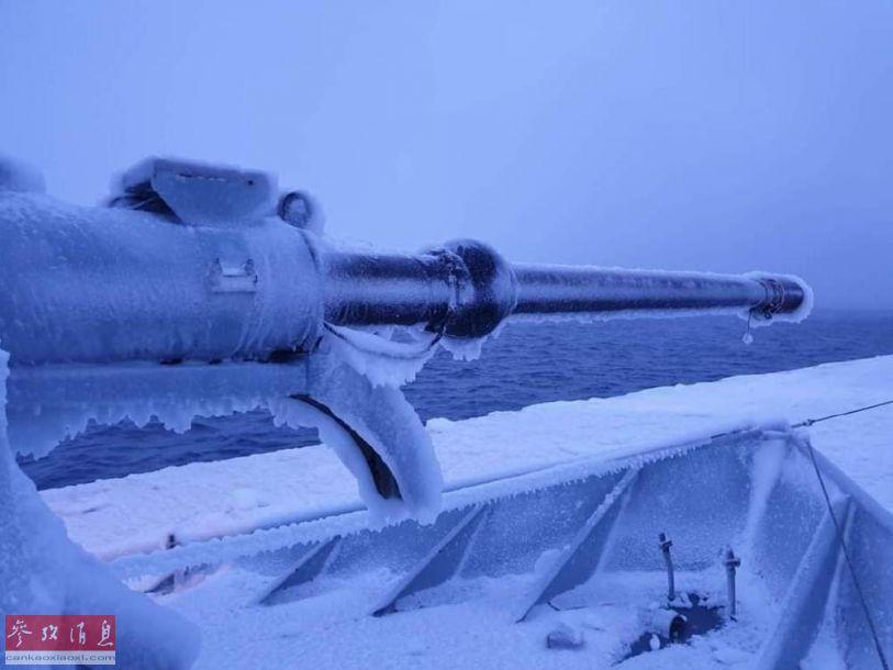 """丹麦海军的一艘库纳德·罗姆森级巡逻舰近日在格陵兰岛南部巡航时,由于当地气温极低,再加上水面湿度较大,舰体表面出现了严重的结冰现象,被""""冰封""""的76毫米舰炮的炮管冰棍看上去就像""""冰棍""""。图为已""""冻成冰棍""""的舰炮炮管特写照。23"""