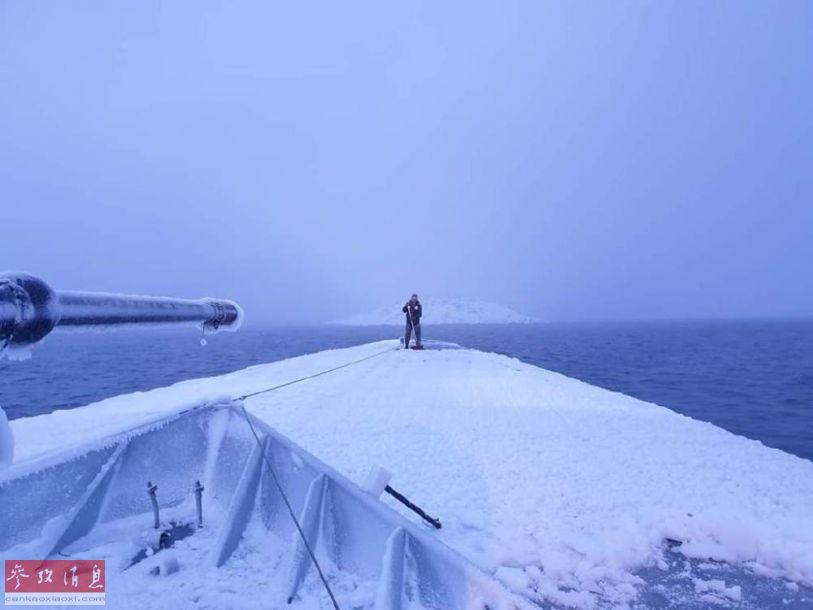 朝舰艏视角拍摄的照片,可见前部舰体已被冰雪覆盖。