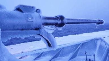 """舰炮变""""冰棍""""!丹麦军舰巡航格陵兰严重结冰"""