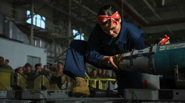 美女兵勇夺炸弹装配冠军 队员打扮成二战经典女工形象