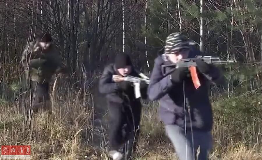 """多股由俄军士兵扮演的""""敌军特战队员""""借助密林掩护,渗透接近""""伊斯坎德尔""""-M导弹阵地,并使用AK-74突击步枪朝阵地开火。图为正向导弹阵地发起进攻的""""敌军特战队员""""。"""