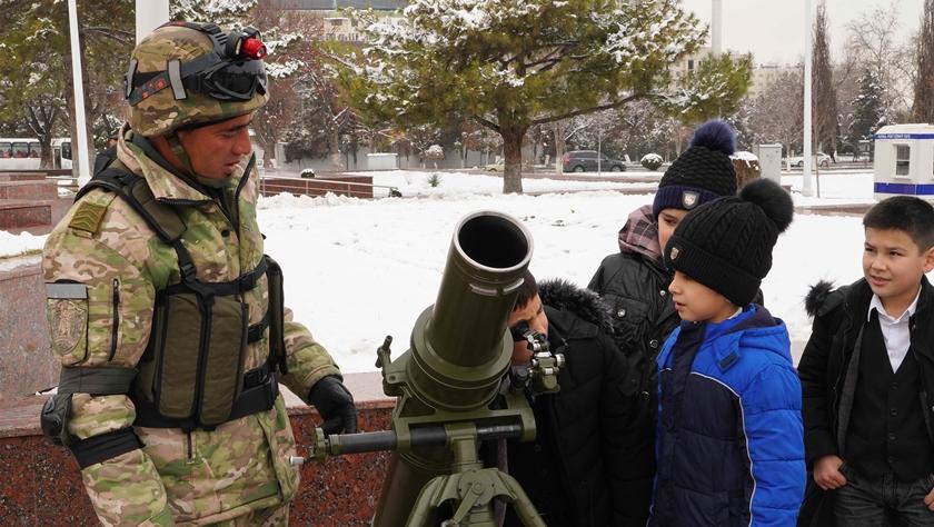 """乌兹别克斯坦纪念""""祖国保卫者日"""""""