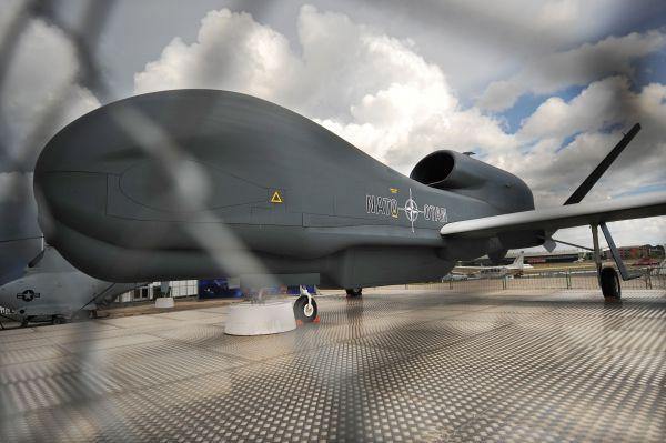 """资料图:在英国汉普郡举行的法恩伯勒航展上,一架诺斯罗普·格鲁曼公司的""""全球鹰""""无人机进行展示。新华社/法新"""