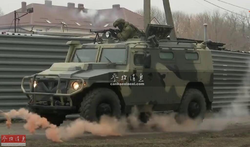 """据俄罗斯""""红星电视台""""报道,1月17日,俄南部军区部队在位于俄西南部的罗斯托夫州举行反恐演习,但课目较为特殊,模拟的是俄军基地遭""""恐怖分子""""武装突袭的情景,场面不逊枪战电影。图为俄军""""虎""""-M装甲车火力掩护守备队反击""""恐怖分子""""。8"""