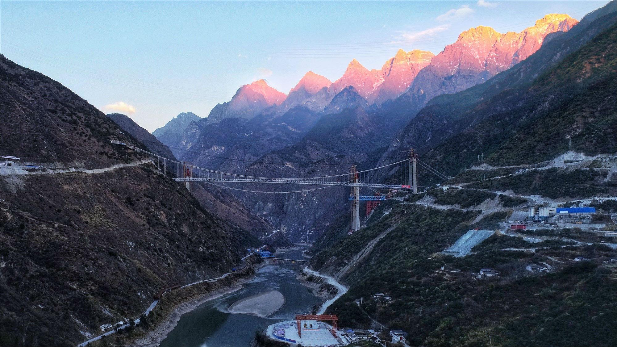云南香麗高速公路虎跳峽金沙江特大橋合龍