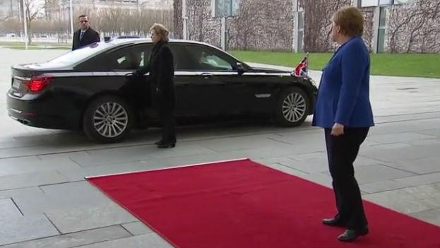 """英国首相难逃""""神秘魔咒""""?约翰逊赴柏林峰会也被困车内"""